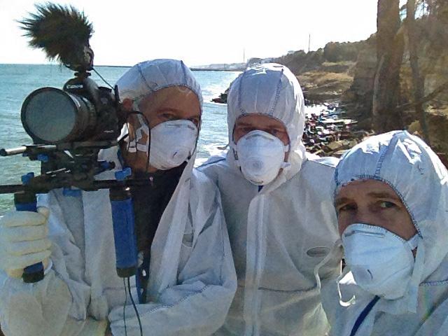 Das Team vor Ort: Die Kameraleute Toby Marshall (l.) und Jan Dottschadis (r.) mit Autor Johannes Hano (M.) in Fukushima. Foto: Toby Marshall / ZDF