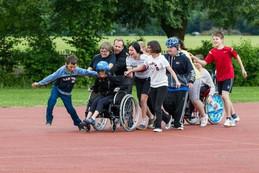 Menschen mit und ohne Behinderungen treiben gemeinsam Sport und haben viel Spaß dabei. Foto: Eugen Gebhardt
