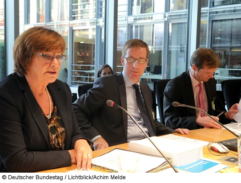 """Vorsitzende Ute Kumpf, Professoren Michael Hüther, Sebastian Braun, Sitzung des Unterausschusses """"Bürgerschaftliches Engagement"""" Fotograf: Lichtblick/Achim Melde"""